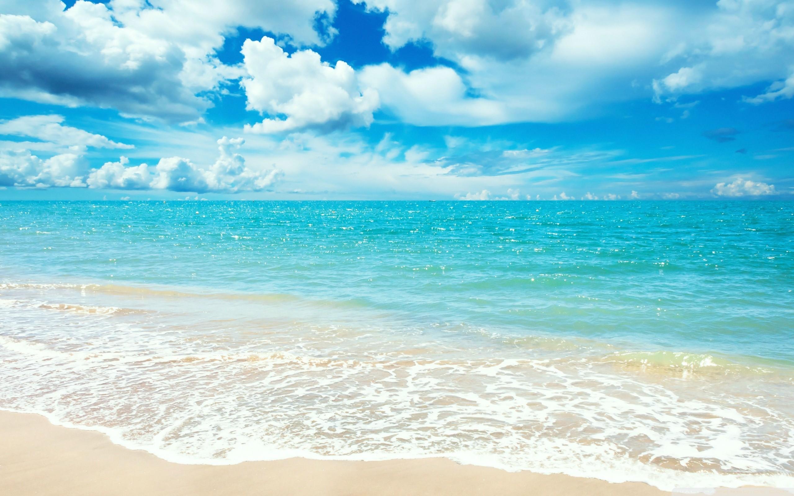 Biển luôn dang rộng vòng tay ôm lấy con người, là chỗ dựa cho rất nhiều người về tinh thần lẫn vật chất.